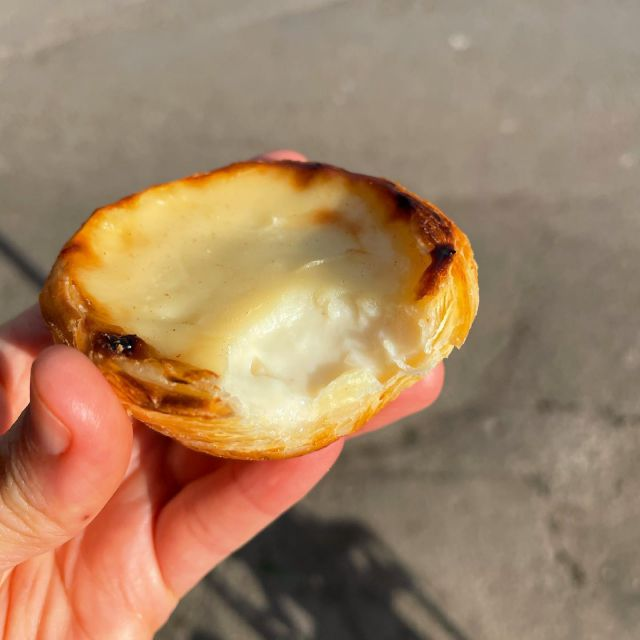 Have you tried the New Vegan Portuguese custard tarts from @cafedenata 🤤 available in their #camden store just by the canal #camdenlock  A puff pastry filled with vegan vanilla custard. It was the perfect little treat.  #productreview